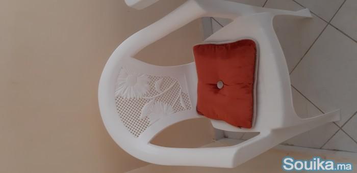 Table à manger avec 2 chaises en plastique