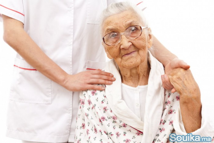 Assistante acompagne les Senior Alzheimer